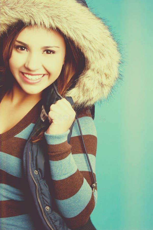 Lächelnde Winterfrau lizenzfreie stockbilder