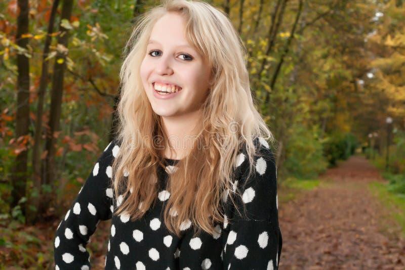 Lächelnde zehn im Herbst lizenzfreies stockbild