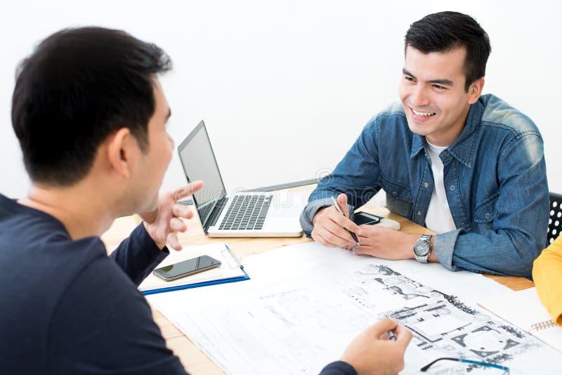 Lächelnde zufällige Geschäftsmänner in der Sitzung stockfotos