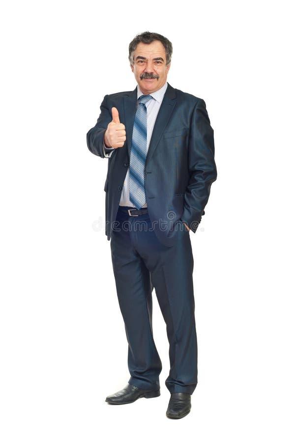 Lächelnder älterer Geschäftsmann gibt Daumen lizenzfreies stockbild