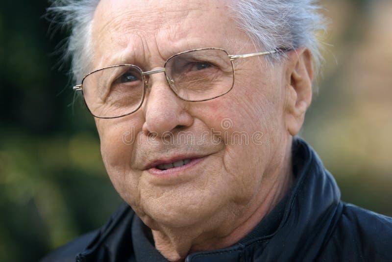 Lächelnder älterer Mann stockfotografie