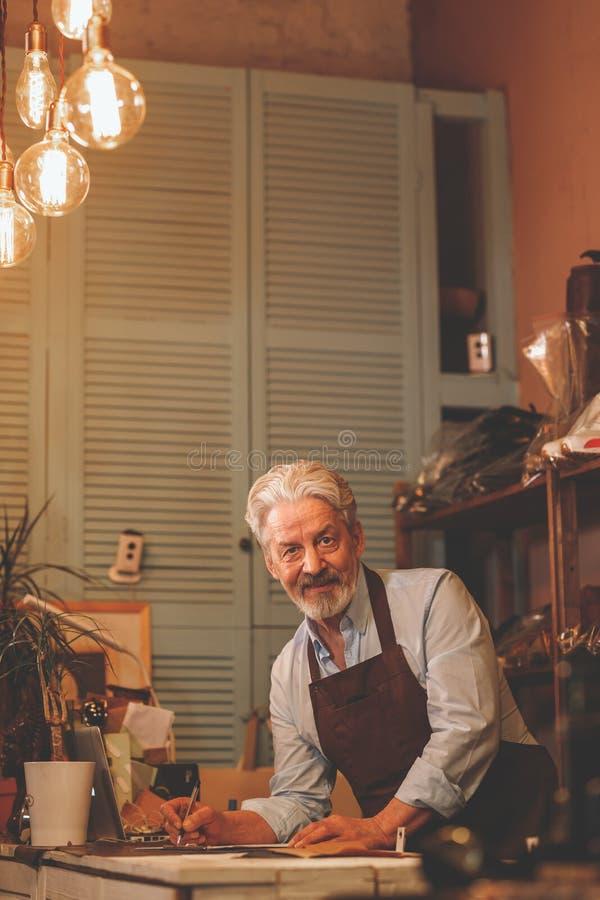 Lächelnder älterer Mann in der Uniform stockfoto