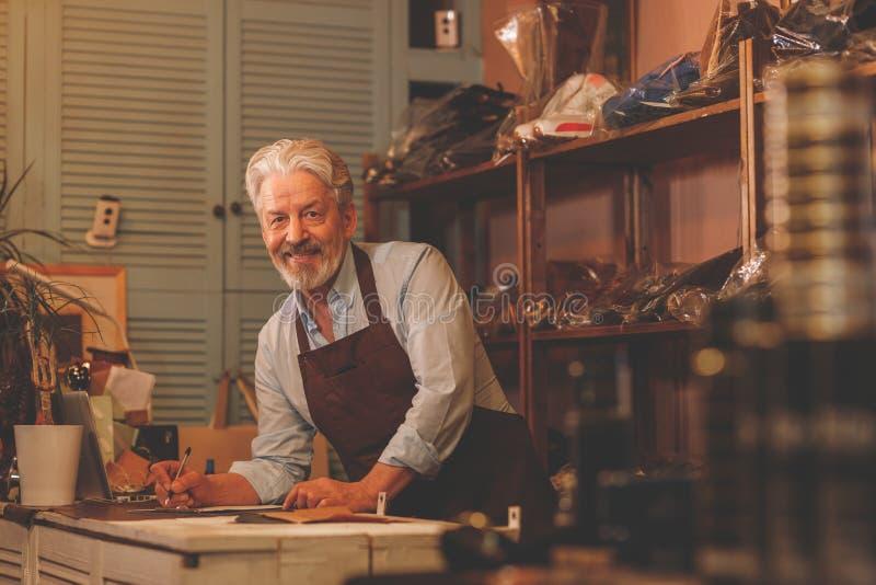 Lächelnder älterer Mann in der Uniform zuhause lizenzfreie stockfotografie
