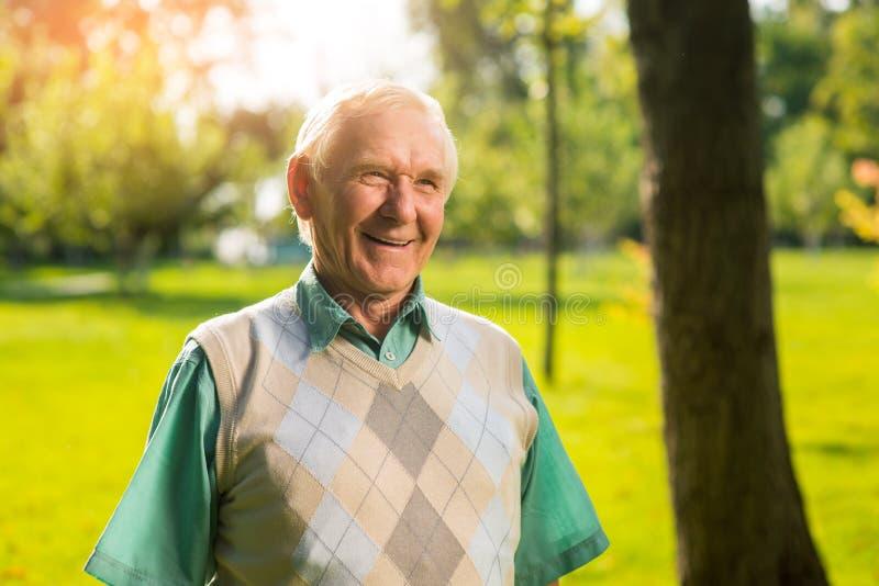 Lächelnder älterer Mann im Freien lizenzfreies stockbild