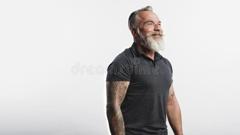 Lächelnder älterer Mann mit einem Bart lizenzfreies stockfoto