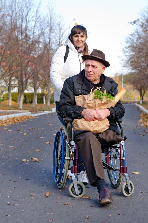 Lächelnder älterer Mann mit einer Tasche von Lebensmittelgeschäften lizenzfreies stockfoto