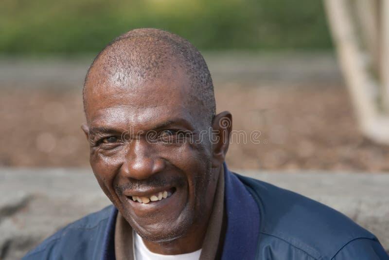 Lächelnder Afroamerikaner-Mann lizenzfreie stockfotos