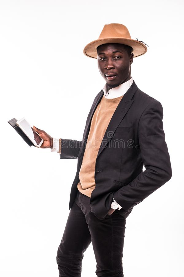Lächelnder Afroamerikanergeschäftsmann, der die Tablette trägt im Anzug und im Hut verwendet Junger Mann in der Klage, die mit tr stockfotos