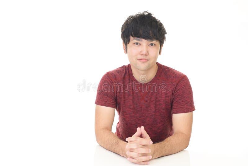 Lächelnder asiatischer Mann lizenzfreie stockfotos