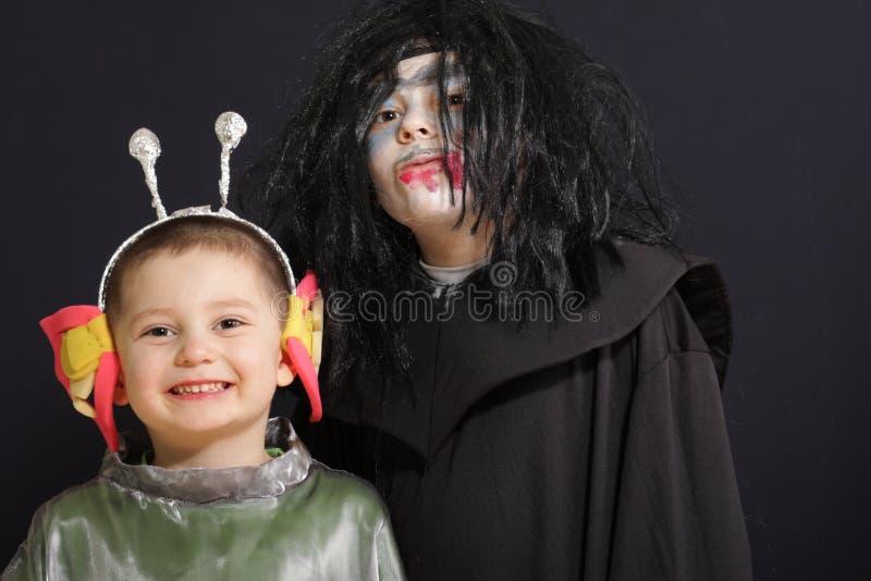 Lächelnder Ausländer mit Vampir lizenzfreie stockfotos