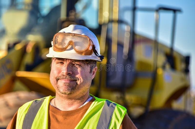 Lächelnder Bauarbeiter stockfotos