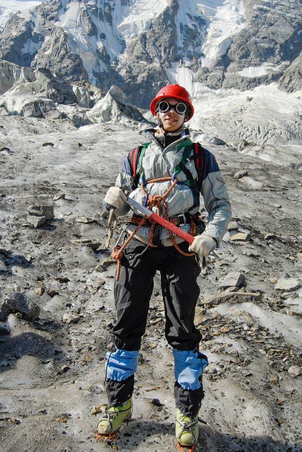 Lächelnder Bergsteiger lizenzfreies stockbild