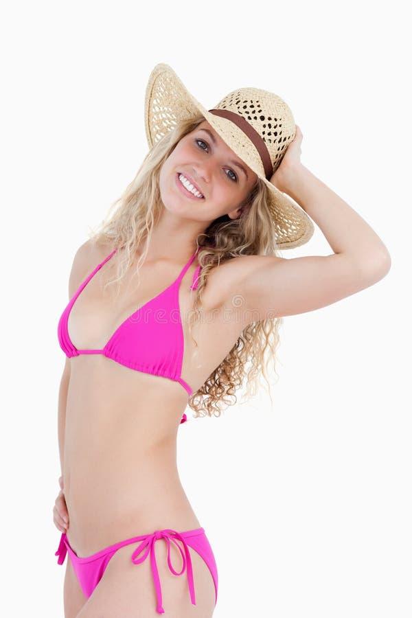 Lächelnder Blonder Jugendlicher, Der Ihren Hut Anhält Stockbild