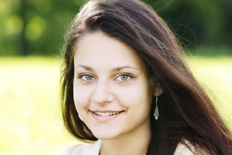 Lächelnder Brunette mit grünen Augen lizenzfreie stockfotografie
