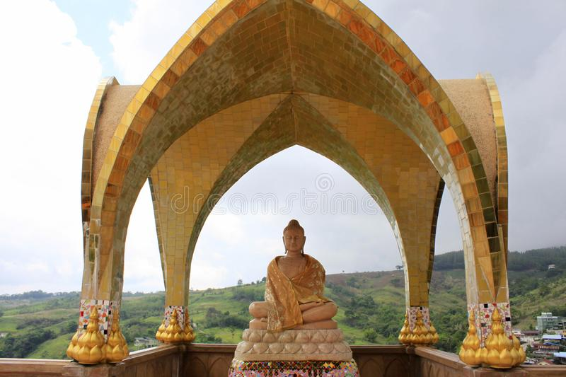 Lächelnder Buddha auf einem der Niveaus von Pha Sorn Kaew unter einem Golden Dome, bei Pha Sorn Kaew, in Khao Kor, Phetchabun, Th stockfotografie