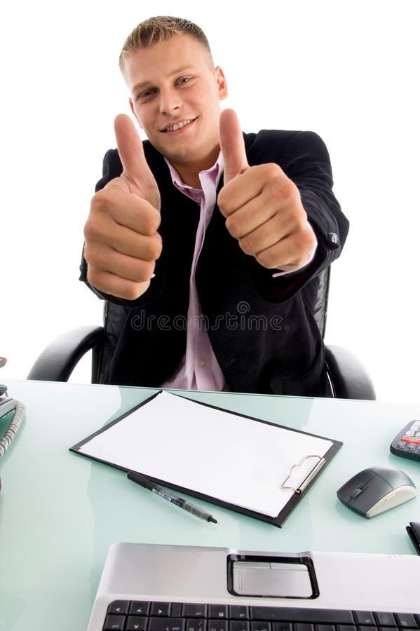 Lächelnder Chef, der sich Daumen mit beiden Händen zeigt lizenzfreie stockfotografie