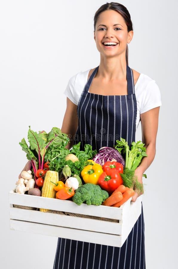 Lächelnder Chef mit frischem lokalem organischem Erzeugnis stockfoto