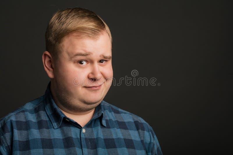 Lächelnder dicker Mann auf schwarzem Hintergrund lizenzfreie stockfotos