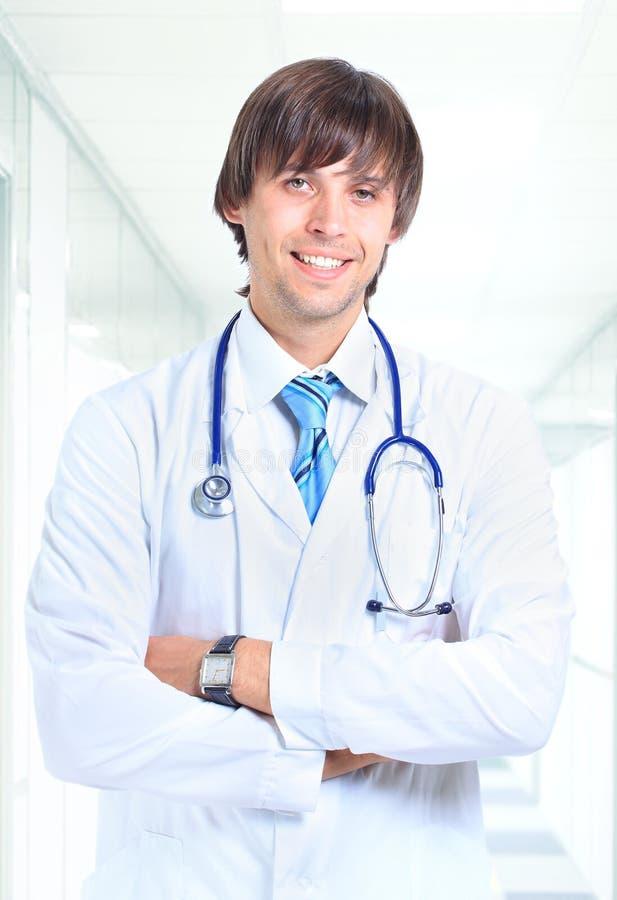 Lächelnder Doktor im Büro lizenzfreie stockfotos