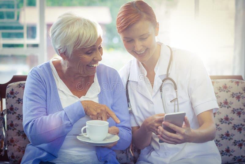 Lächelnder Doktor und Patient, die ein selfie nehmen lizenzfreie stockbilder