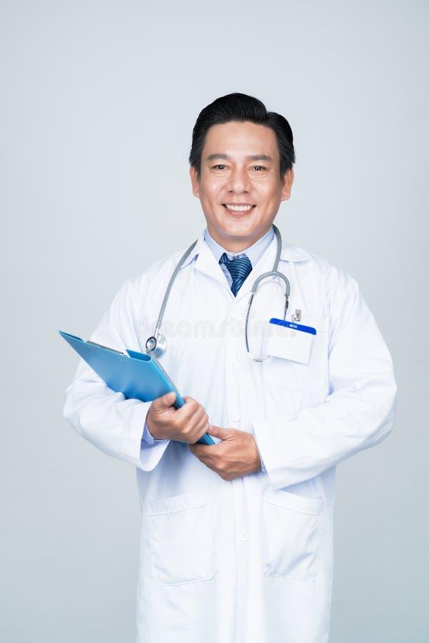 Lächelnder erfahrener Doktor lizenzfreies stockfoto