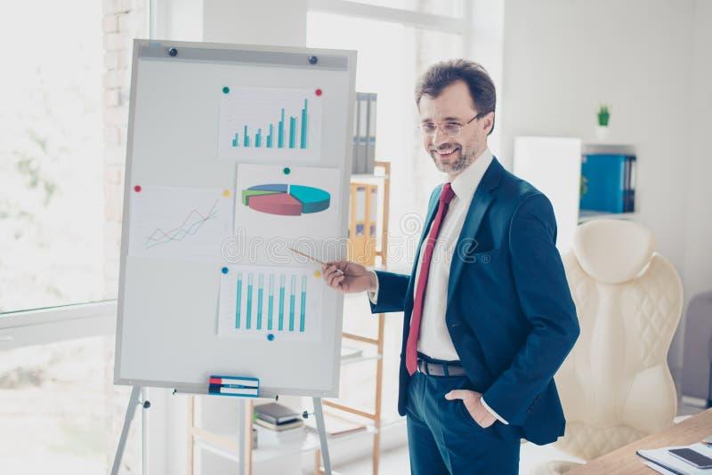 Lächelnder erfolgreicher Geschäftsmann berichtet mit der Flip-Chart stockfoto