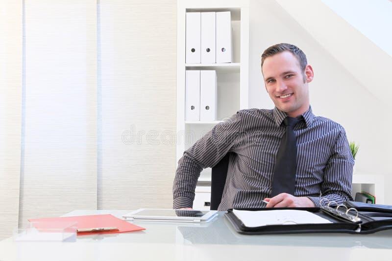 Lächelnder erfolgreicher junger Geschäftsmann stockbilder