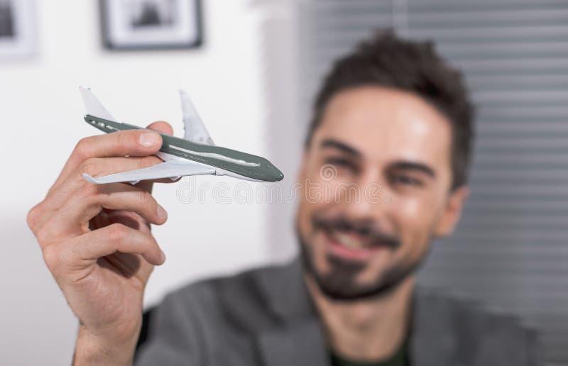 Lächelnder Erwachsener mit Fliegenspielzeug stockbild