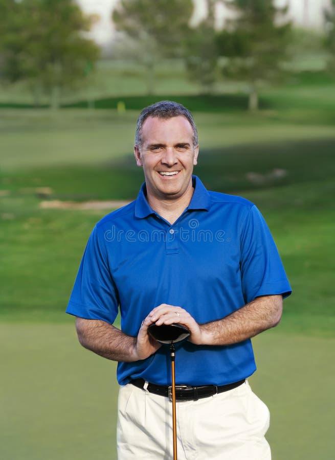 Lächelnder fälliger Golfspieler lizenzfreie stockbilder
