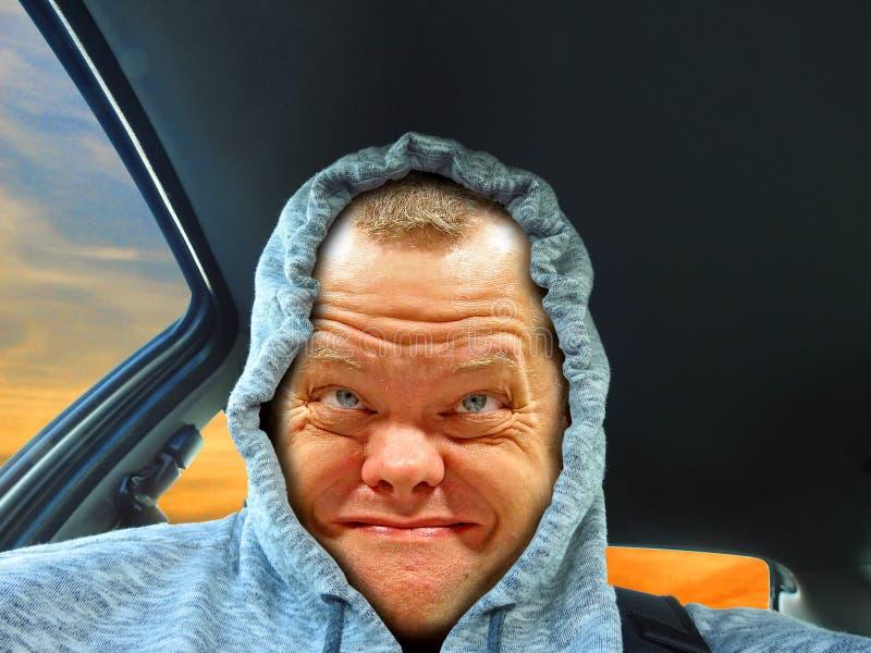 Lächelnder Fahrer des Hoodie stockfotos