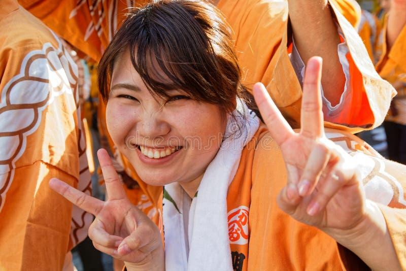 Lächelnder Finger unterzeichnet herein Kanda Matsuri stockbild