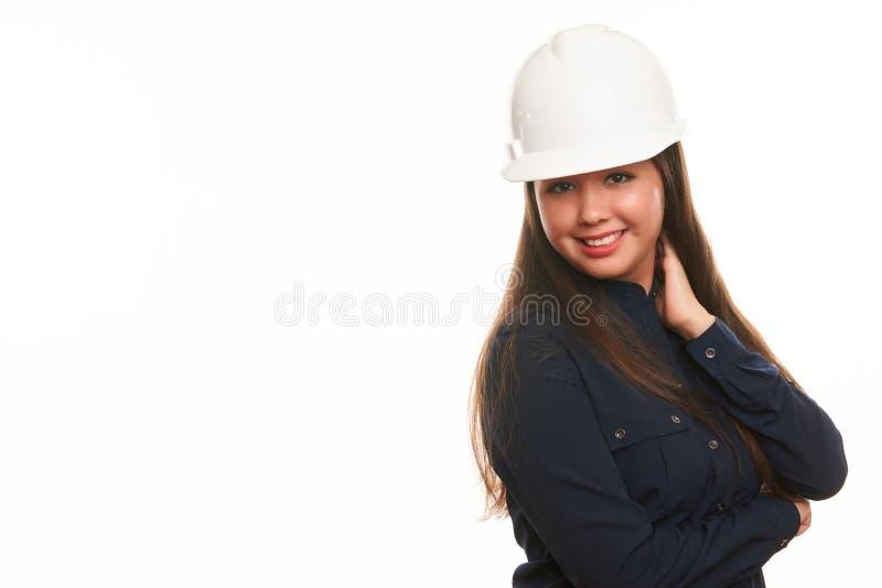 Lächelnder Geschäftsfrauingenieur im schützenden Schutzhelm lizenzfreie stockbilder