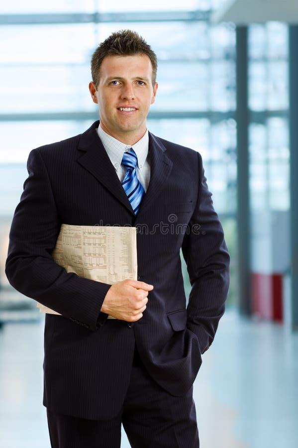 Lächelnder Geschäftsmann lizenzfreies stockbild