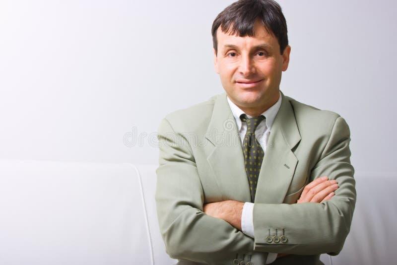 Lächelnder Geschäftsmann stockfoto