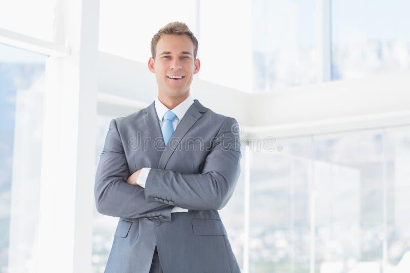 Lächelnder Geschäftsmann, der Kamera betrachtet lizenzfreie stockfotografie