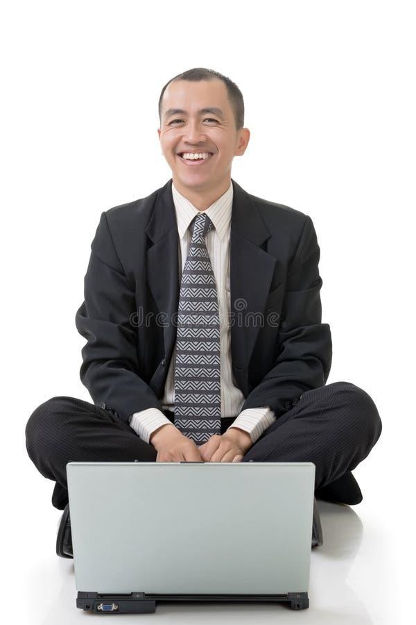 Lächelnder Geschäftsmann des Asiaten sitzen stockfotos