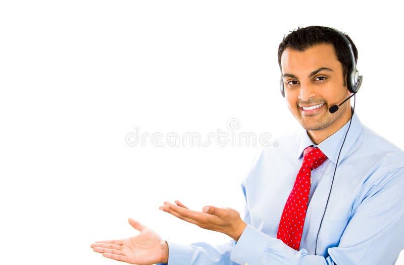 Lächelnder Geschäftsmann/Kundendienstmitarbeiter, der auf Kopfhörer spricht stockfotografie