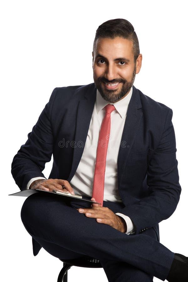 Lächelnder Geschäftsmann mit Klemmbrett stockfoto