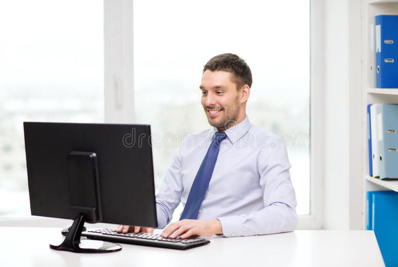 Lächelnder Geschäftsmann oder Student mit Computer stockbild