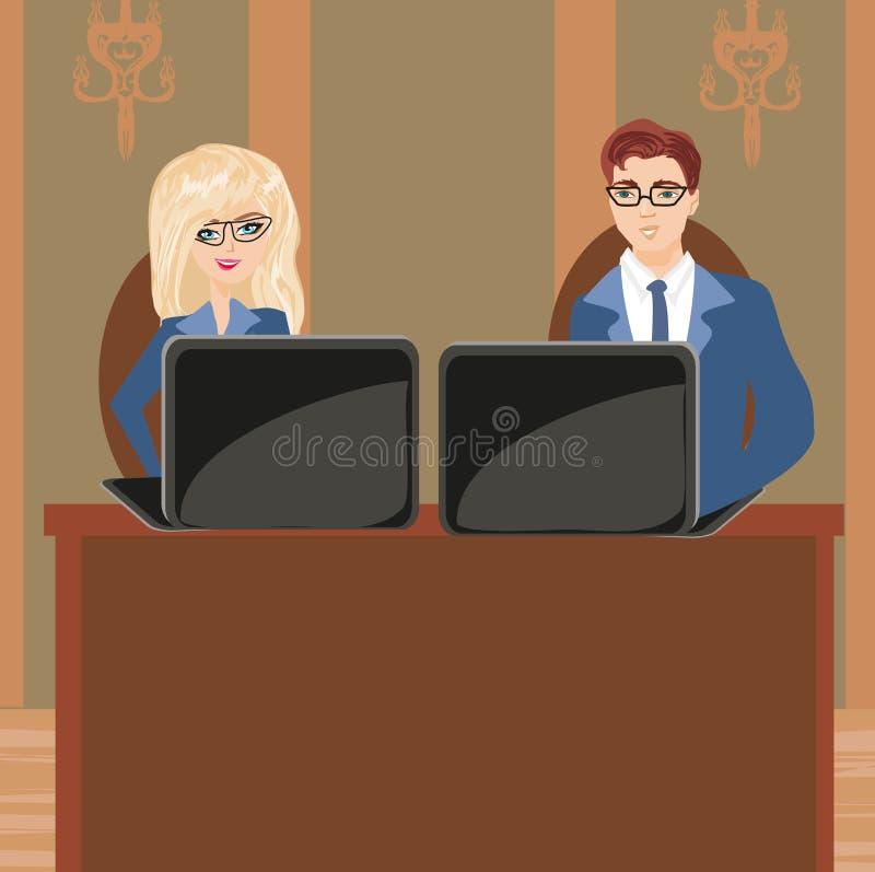 Lächelnder Geschäftsmann unter Verwendung des Laptop cmputer am Schreibtisch und Unterhaltung mit einer Frau lizenzfreie abbildung