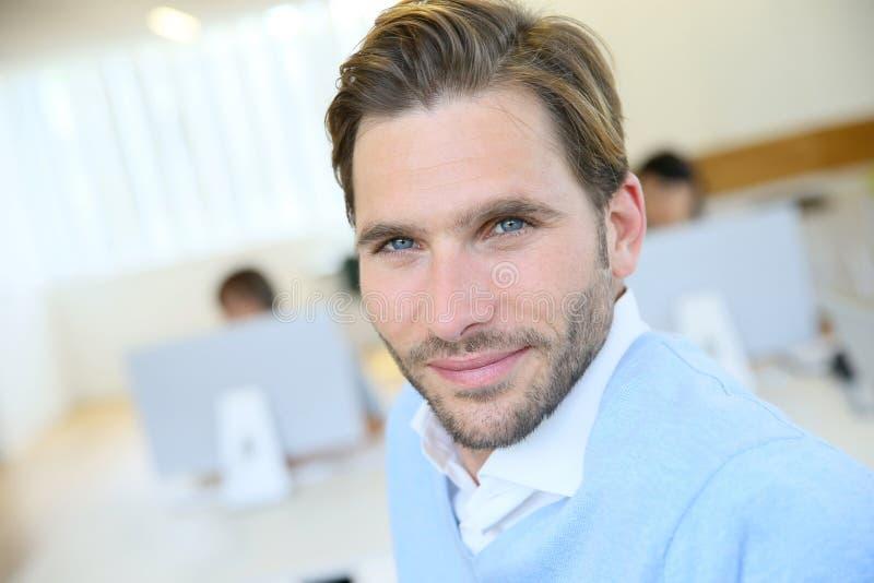 Lächelnder Geschäftsmann, welche an Sitzung teilnimmt stockbilder