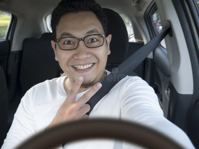 Lächelnder glücklicher männlicher Fahrer stockfotografie