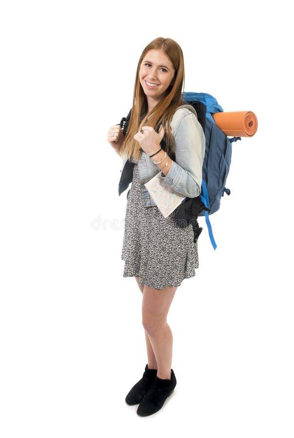 Lächelnder glücklicher tragender Rucksack und Stadtplan der jungen attraktiven touristischen Frau auf Feiertagstourismuskonzept stockbild