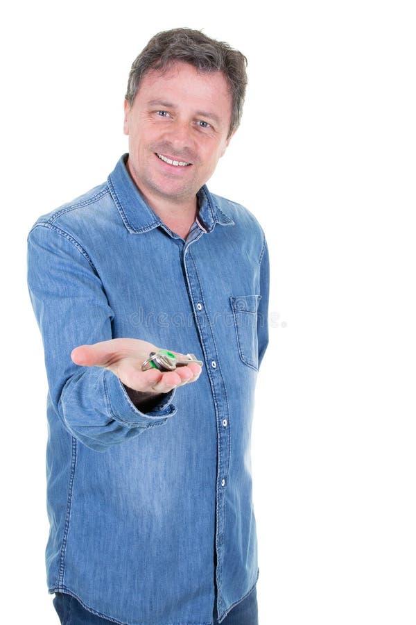 Lächelnder gut aussehender Mann, der in der Hand Schlüssel hält lizenzfreie stockfotos
