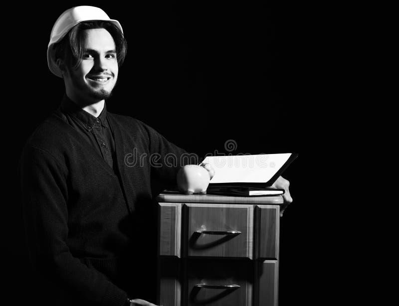 Lächelnder hübscher bärtiger Vorarbeiter stockfoto