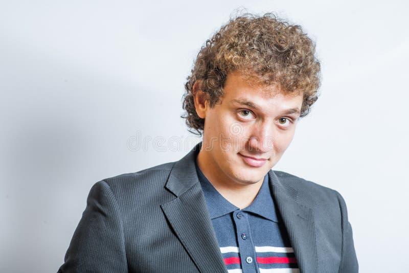 Lächelnder hübscher junger Mann. Nettes Kerllächeln stockbild
