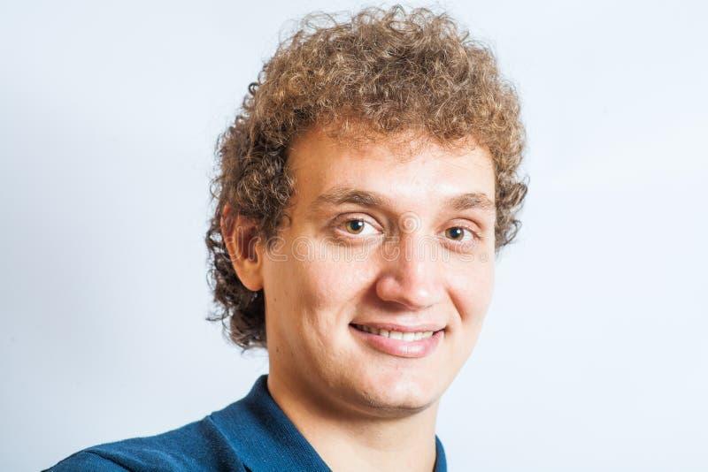 Lächelnder hübscher junger Mann. Nettes Kerllächeln lizenzfreie stockbilder