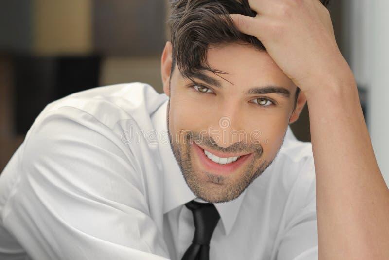 Lächelnder hübscher Kerl lizenzfreies stockfoto