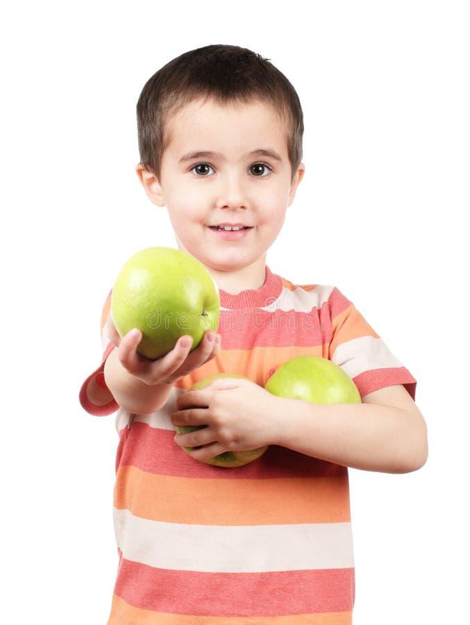 Lächelnder Junge bietet Apfel an stockbilder