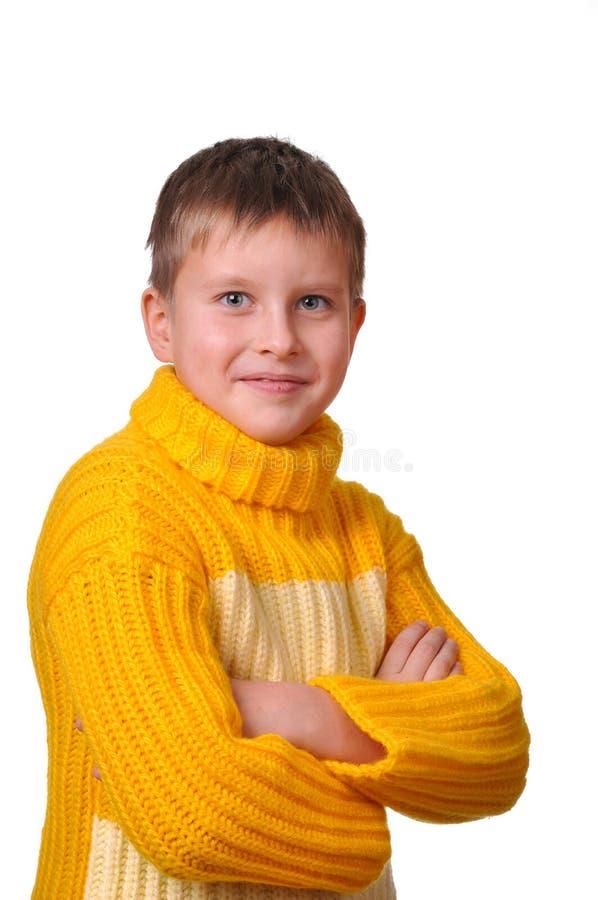 Lächelnder Junge in der gelben gestreiften Strickjacke stockfoto